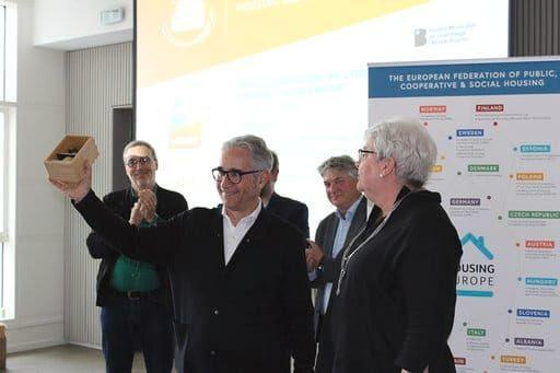 Montaner recollint l'European Responsible Housing Award / Ajuntament de Barcelona