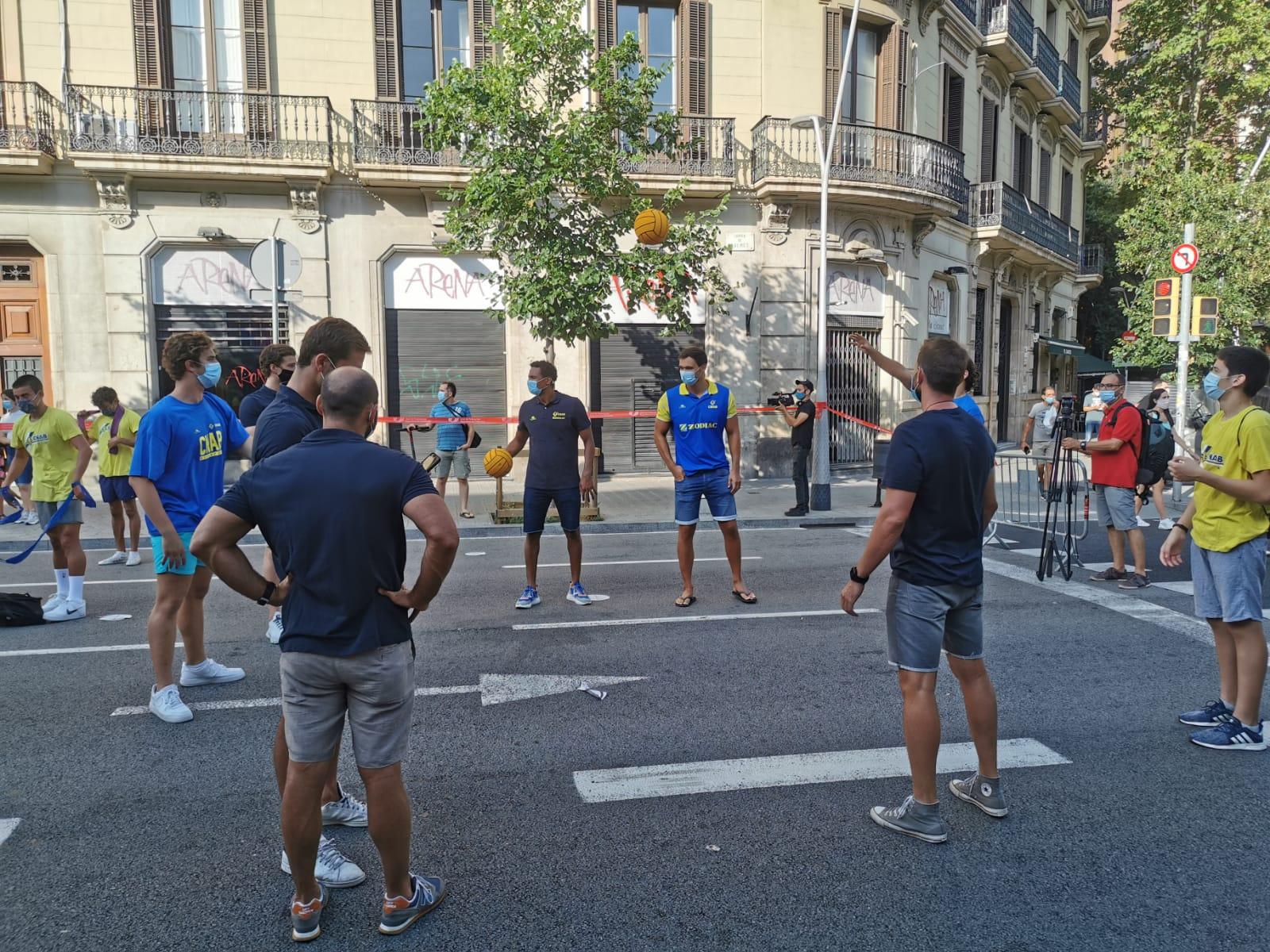Jugadors de waterpolo es passen una pilota   Joan Pol Alcaraz