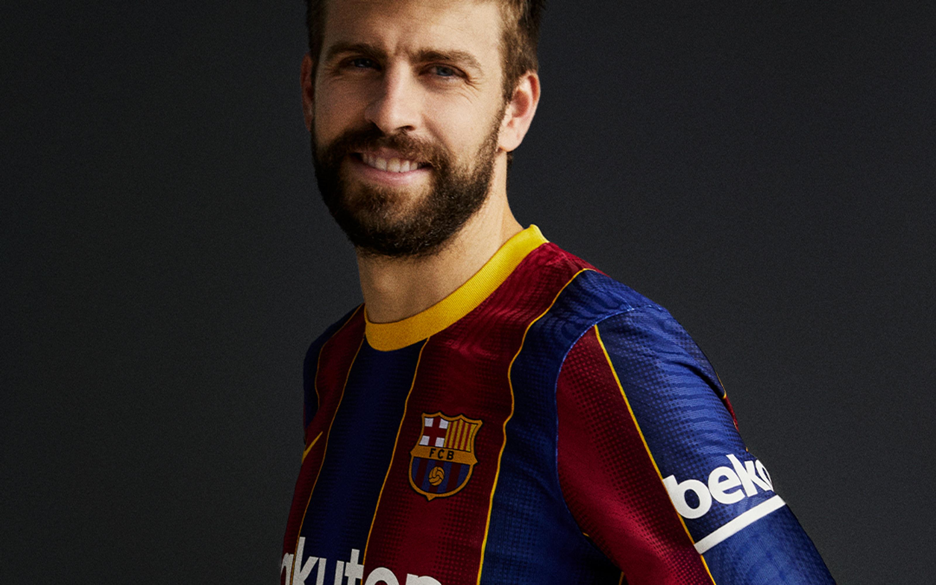 Piqué, amb la nova samarreta del Barça   FC Barcelona