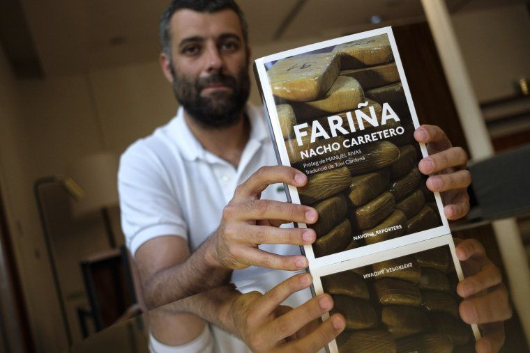 Nacho Carretero amb el seu llibre, 'Fariña'