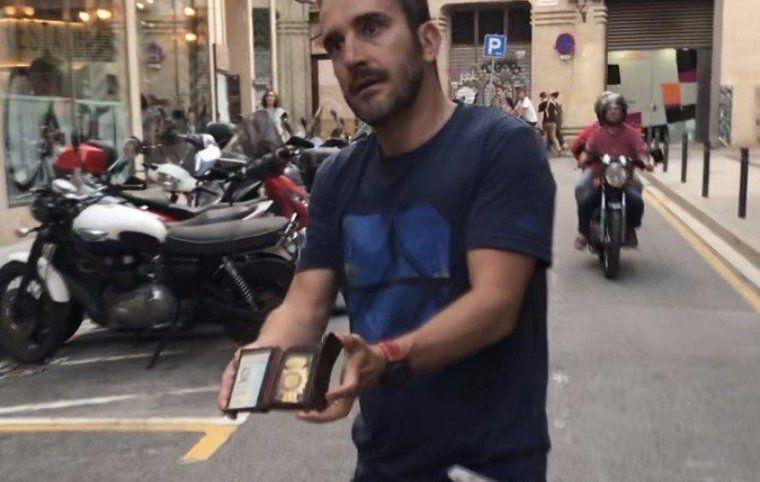 L'agressor d'en Jordi Borràs quan fugia i en el moment que s'identificava com a poli