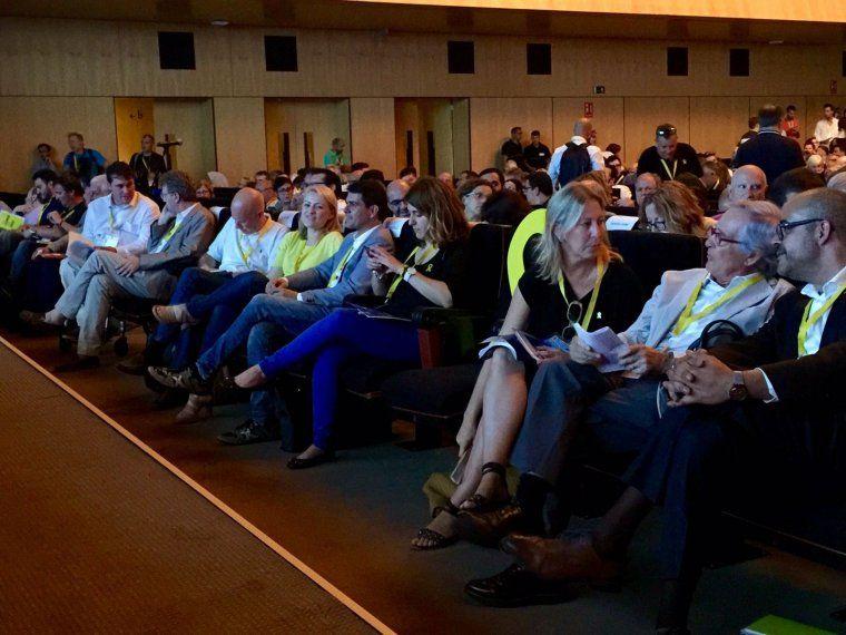 La imatge de la primera fila del congrés, amb Pascal mirant el mòbil