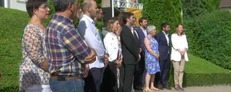 Els consellers i els representants de les entitats presents a Waterloo han cantat Els Segadors per donar per acabat l'acte