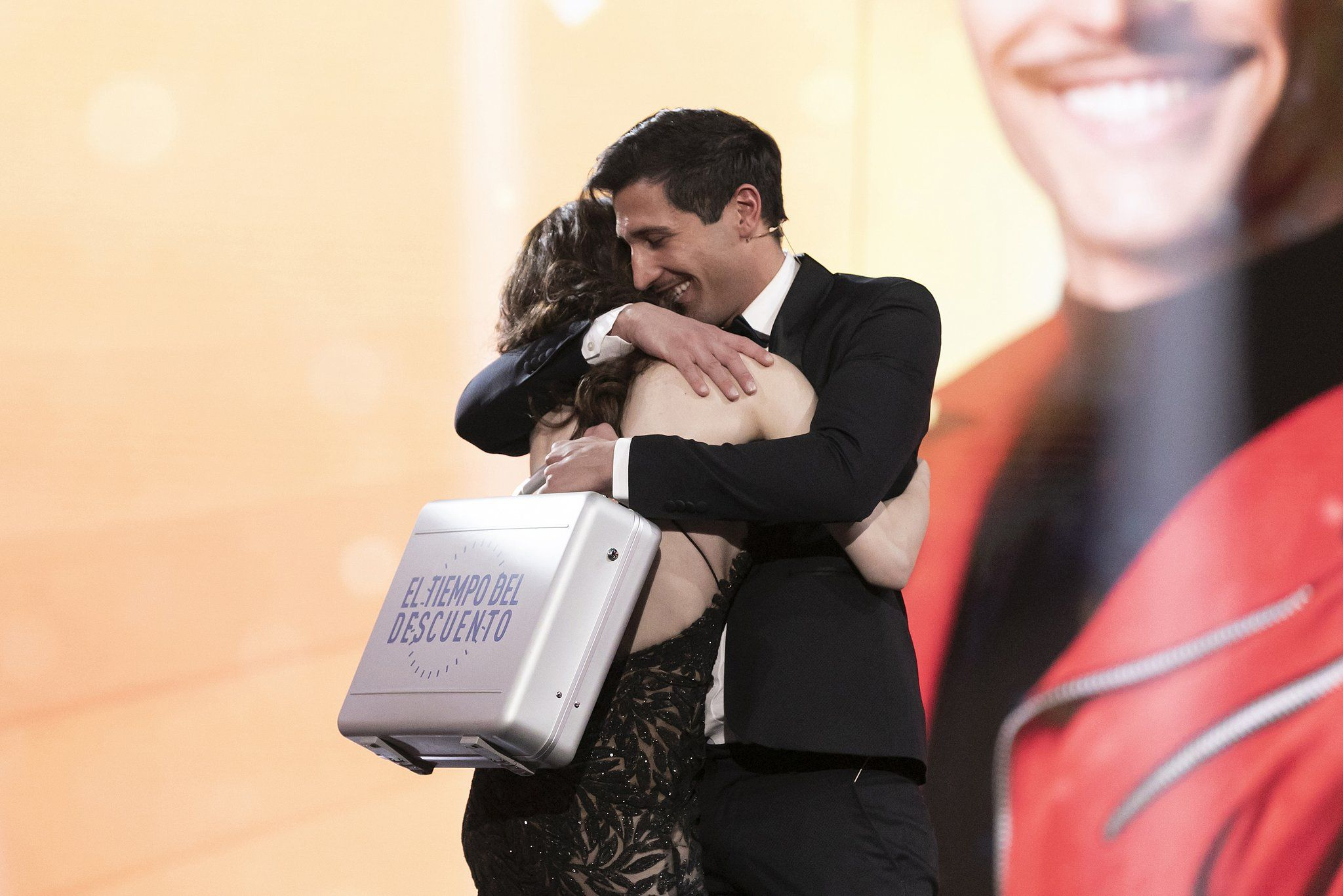 Gianmarco abraça a Adara en convertir se en el guanyador  Telecinco