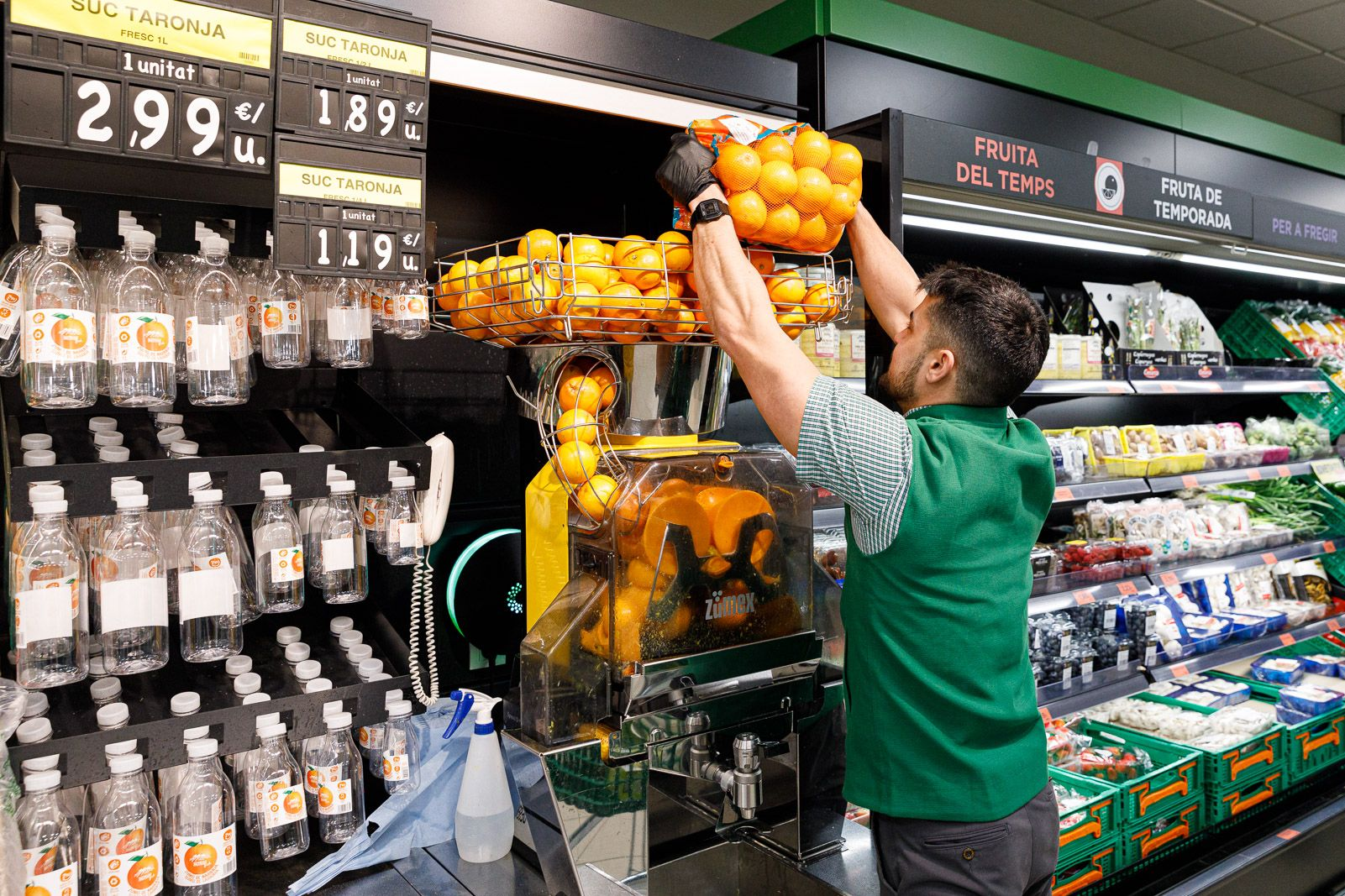 La ma?quina de suc de taronja dona una segona vida a taronges massa petites per a la venda