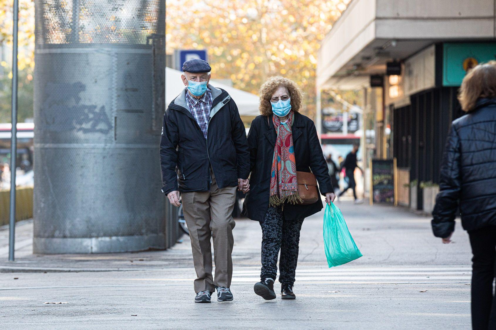 Una parella camina amb la mascareta posada / Jordi Borràs