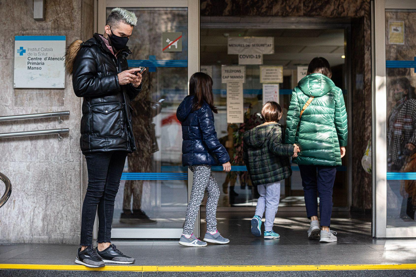 Persones a les portes del centre d'assistència primària (CAP) Manso de Barcelona / Jordi Borràs
