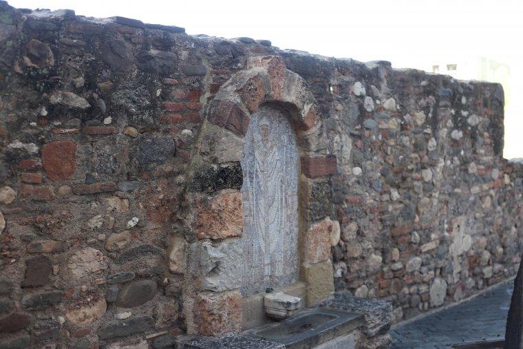La font es troba ubicada en un mur lateral
