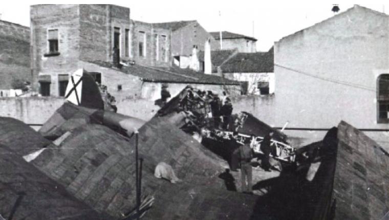 L'avió estrellat a la teulada de la fàbrica