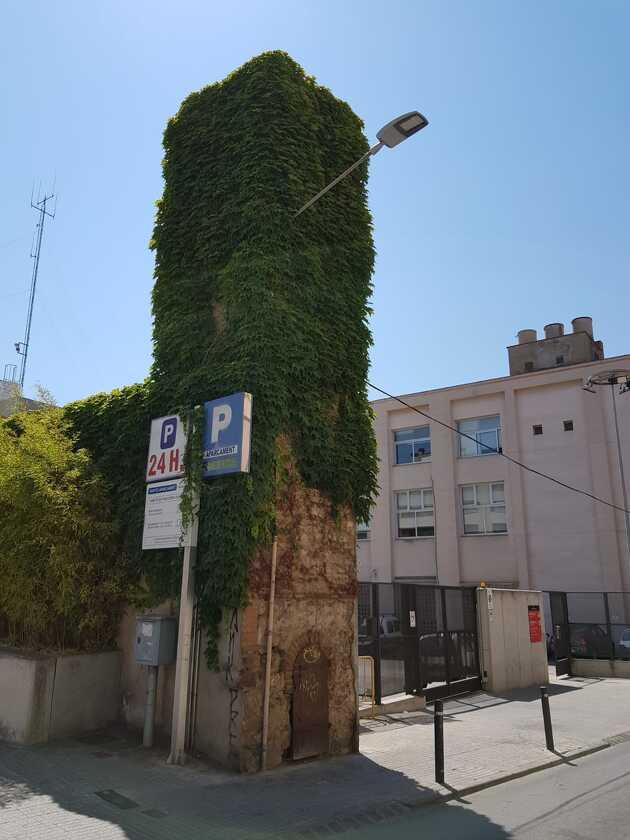 La torre d'aigua es troba situada al carrer Pantà, a tocar de les dependències municipals d'Urbanisme
