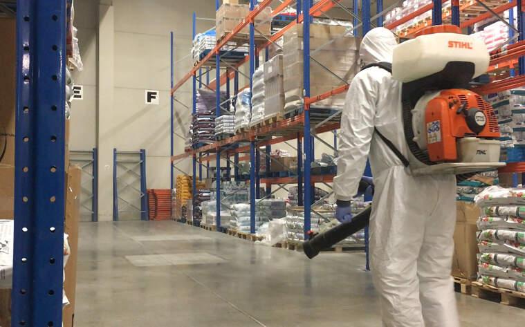 Un treballador fent tasques de desinfecció