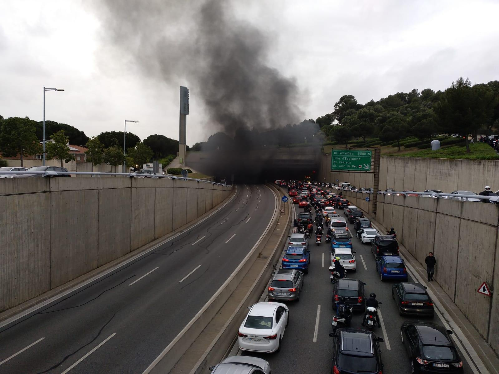 Cues de cotxes a l'altura del túnel de l'Oreneta. on s'ha incendiat el vehicle. | TOT Barcelona