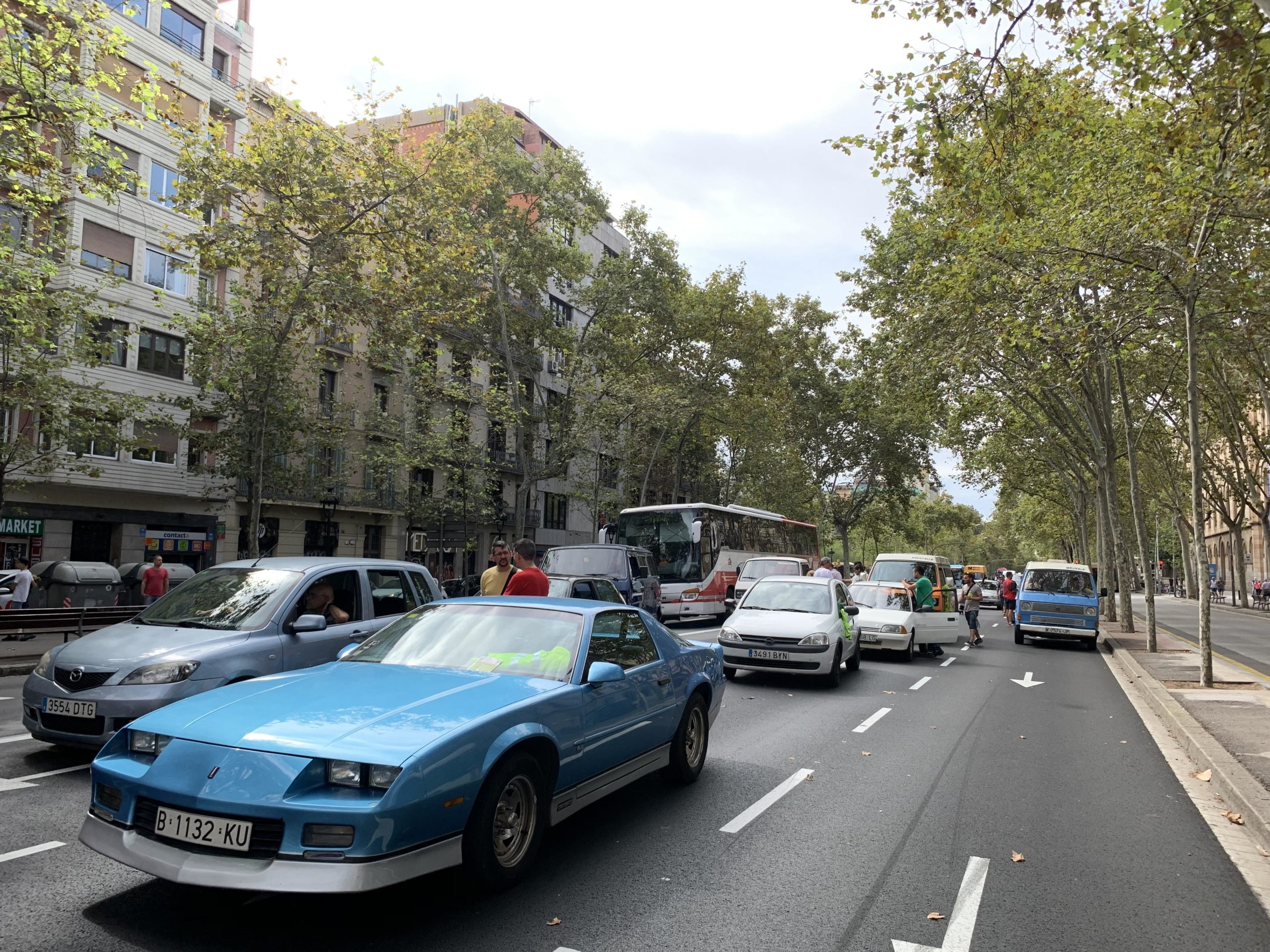 Vehicles antics a la Gran Via en protesta per la Zona de Baixes Emissions / S.B.