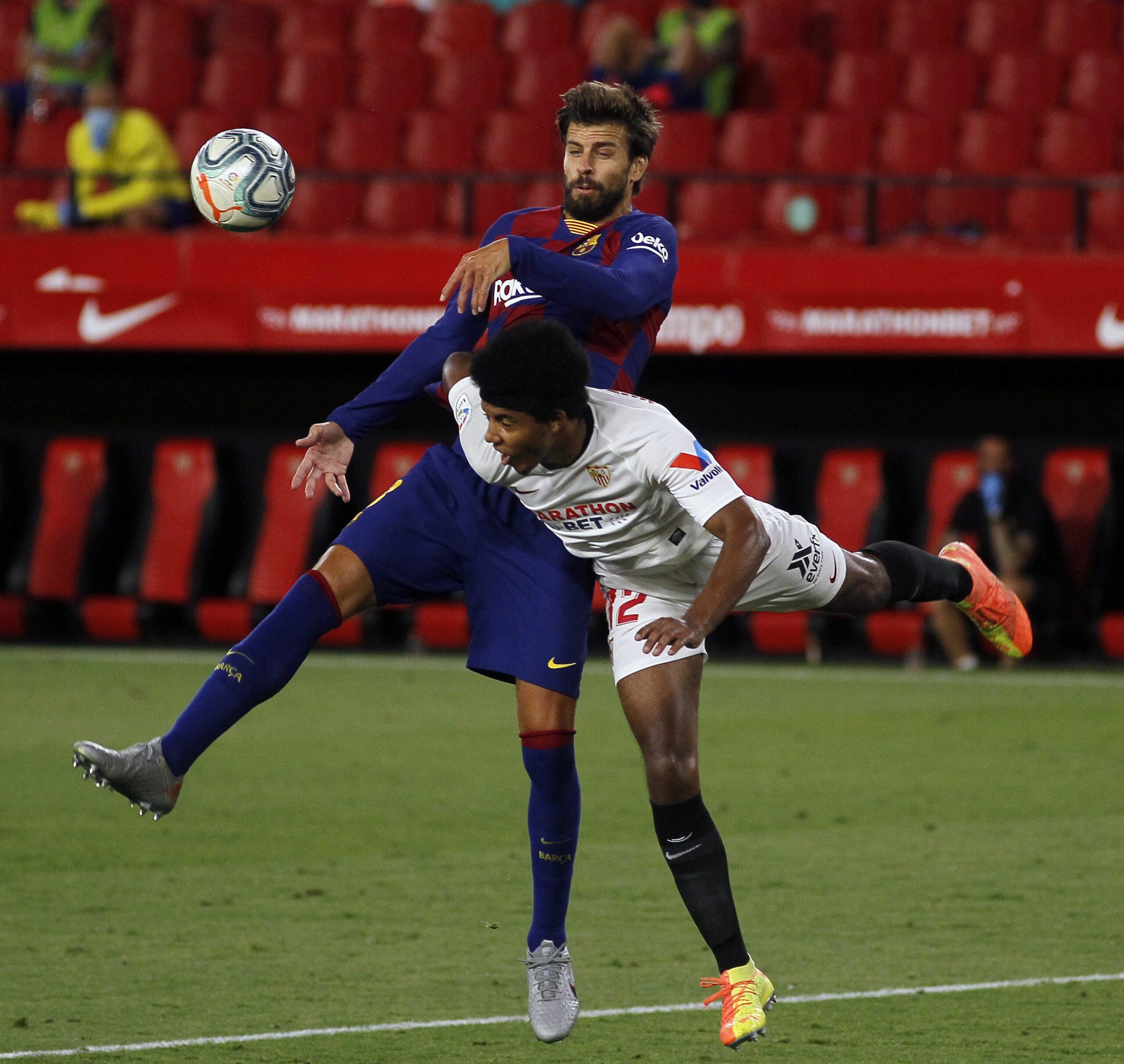 Piqué i Koundé, durant el partit al Sánchez Pizjuán | Europa Press