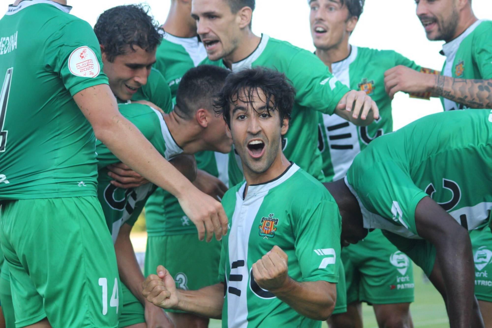 Els jugadors del Cornellà celebren la victòria | UE Cornellà