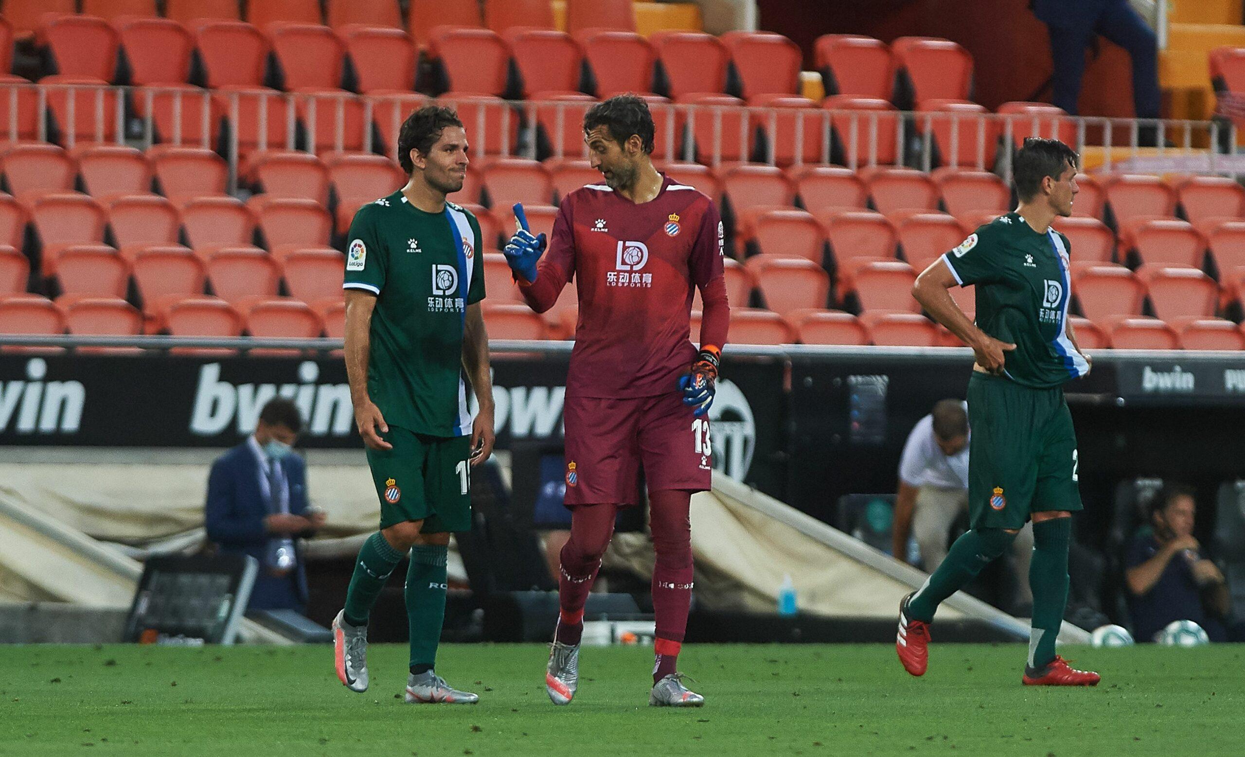 Diego López parla amb Cabrera durant el partit a Mestalla | Europa Press