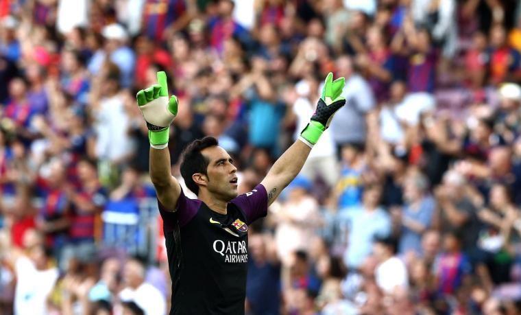 Claudio Bravo celebra un gol del Barça davant el Betis.