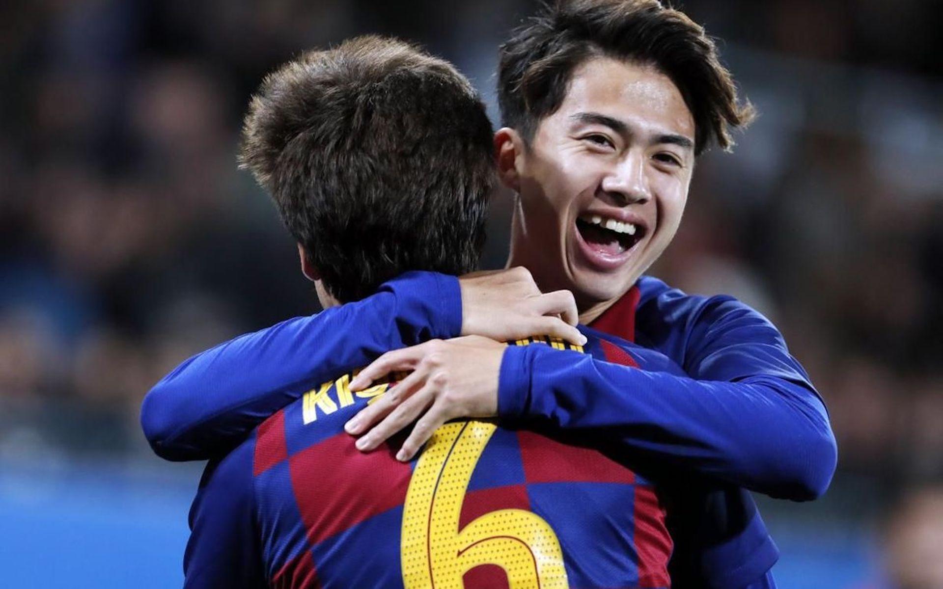 Hiroki Abe celebra un gol amb Riqui Puig   FC Barcelona