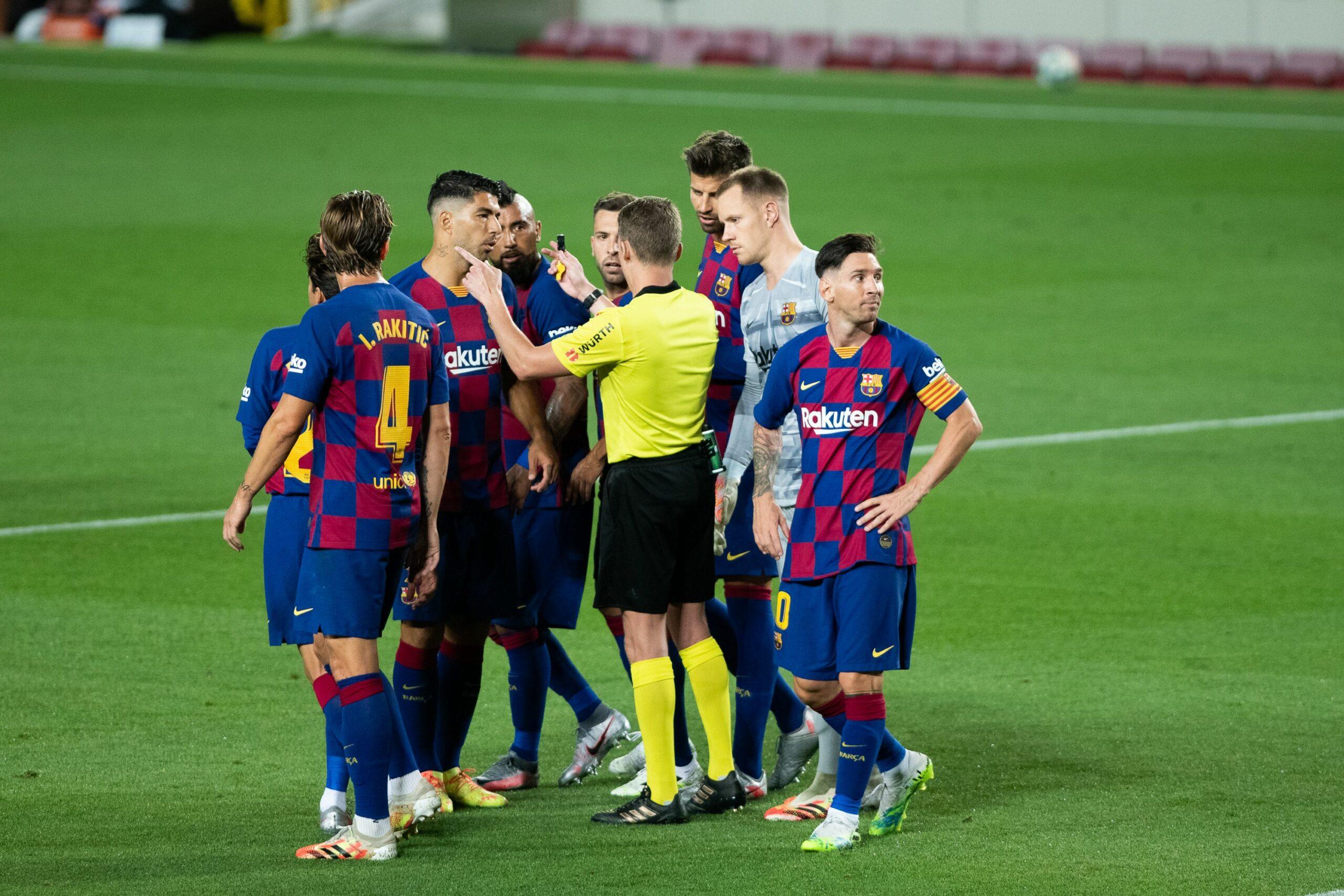 Els jugadors del Barça protesten una decisió arbitral   Europa Press