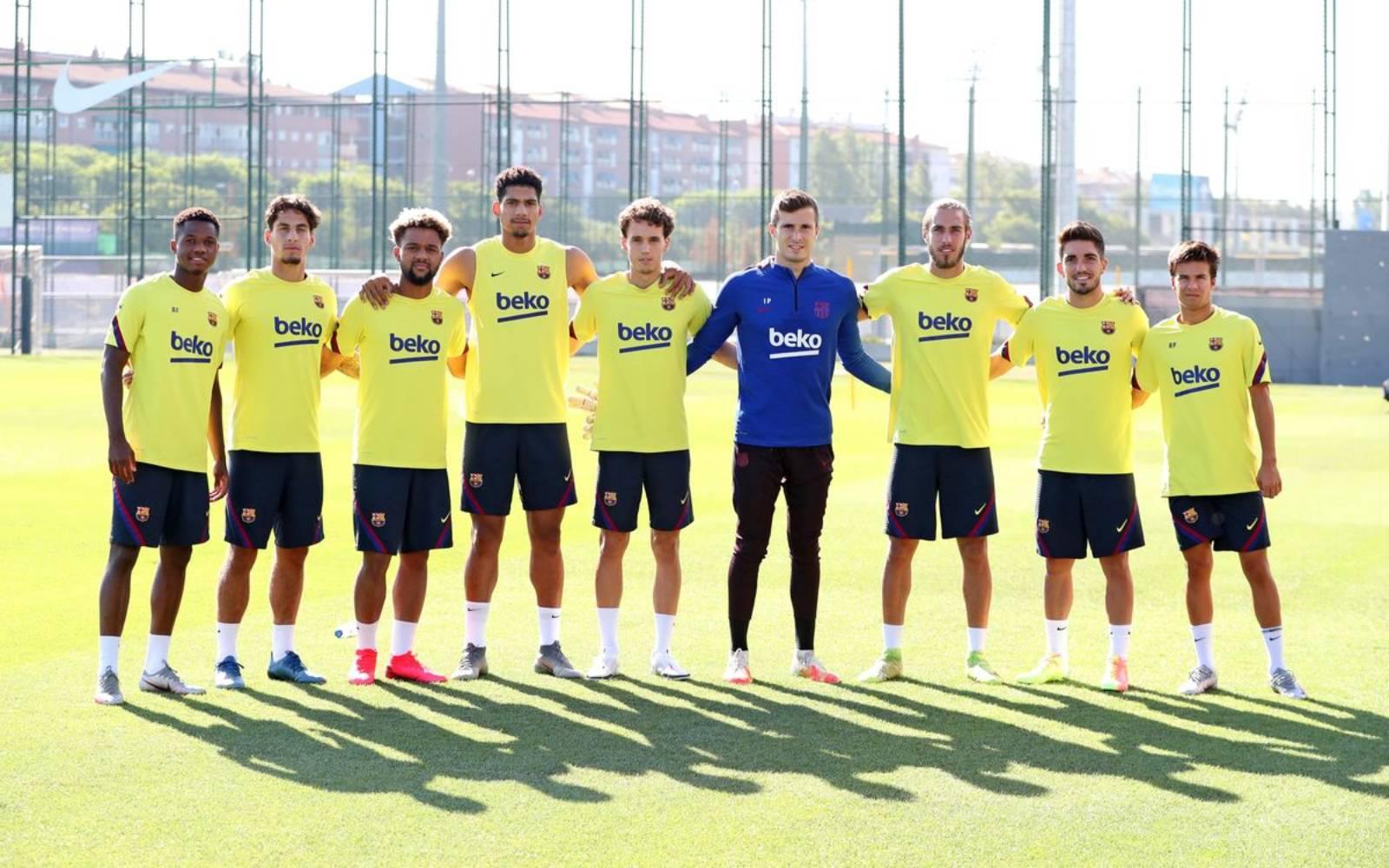 Els futbolistes del filial del Barça, durant un entrenament amb el primer equip   FC Barcelona