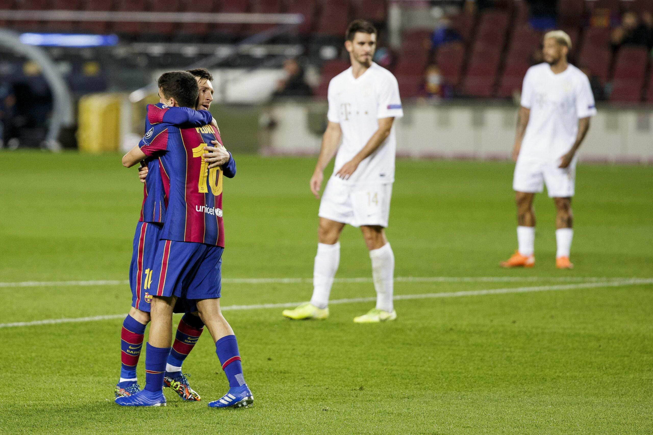 Pedri i Messi s'abracen durant el partit contra el Ferencváros | FC Barcelona