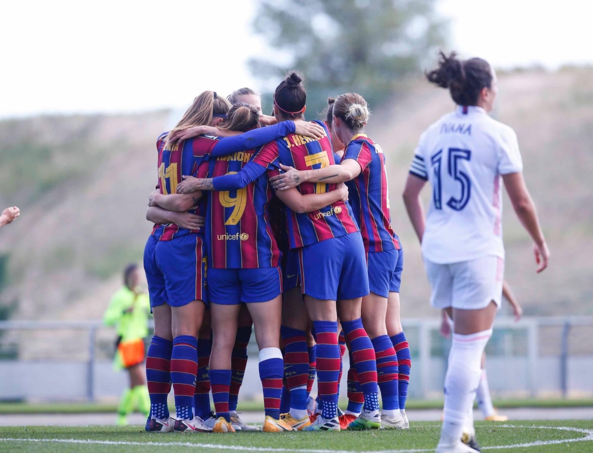Les futbolistes del Barça celebren un gol contra el Reial Madrid   FC Barcelona