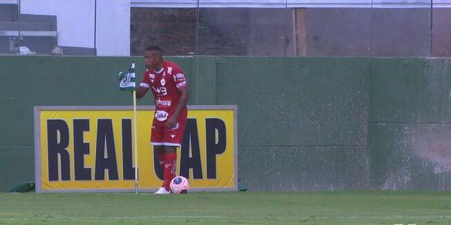 Mineiro escup el banderó | geglobo)