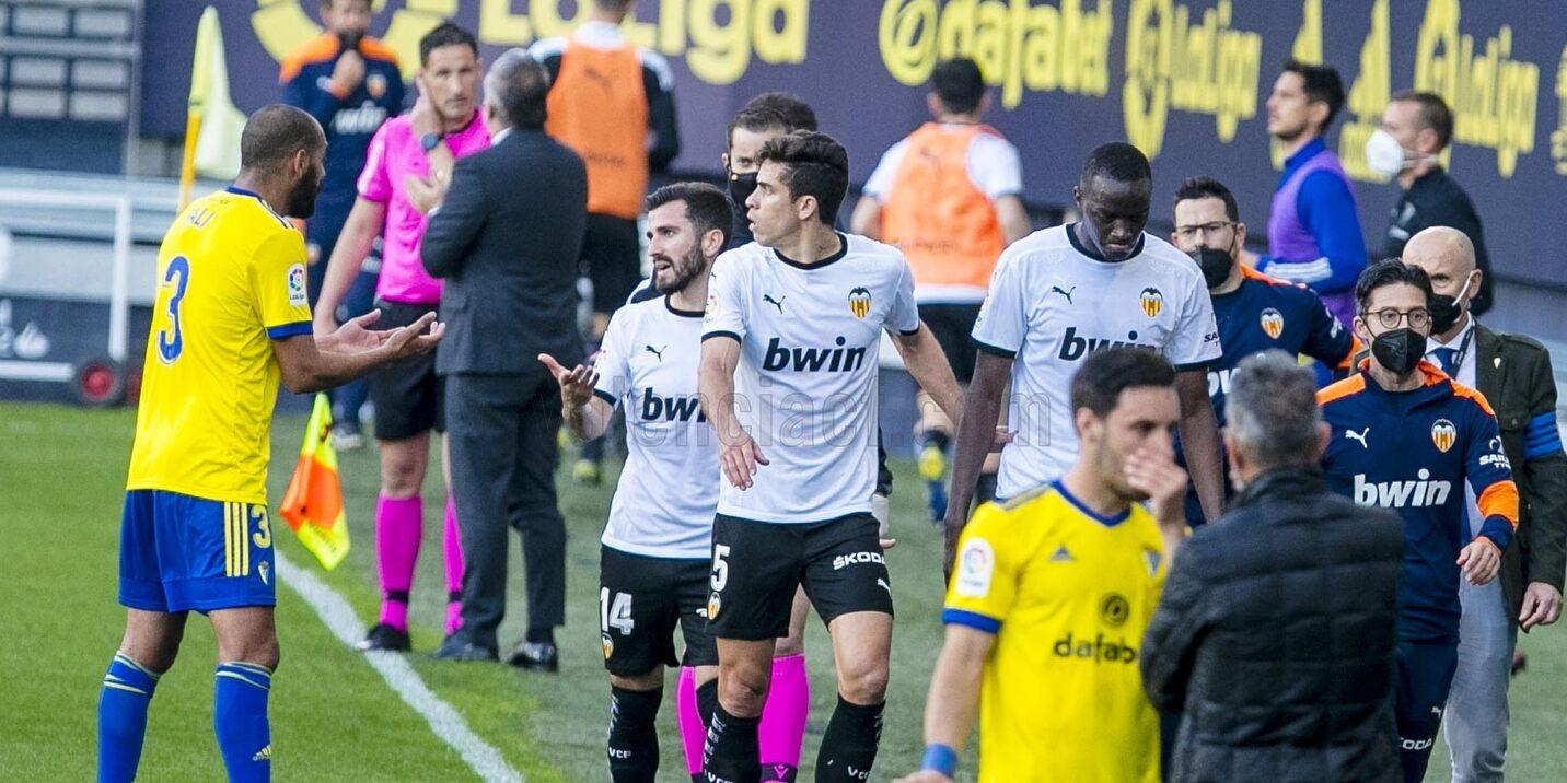 Els jugadors del València abandonant el camp | Europa Press