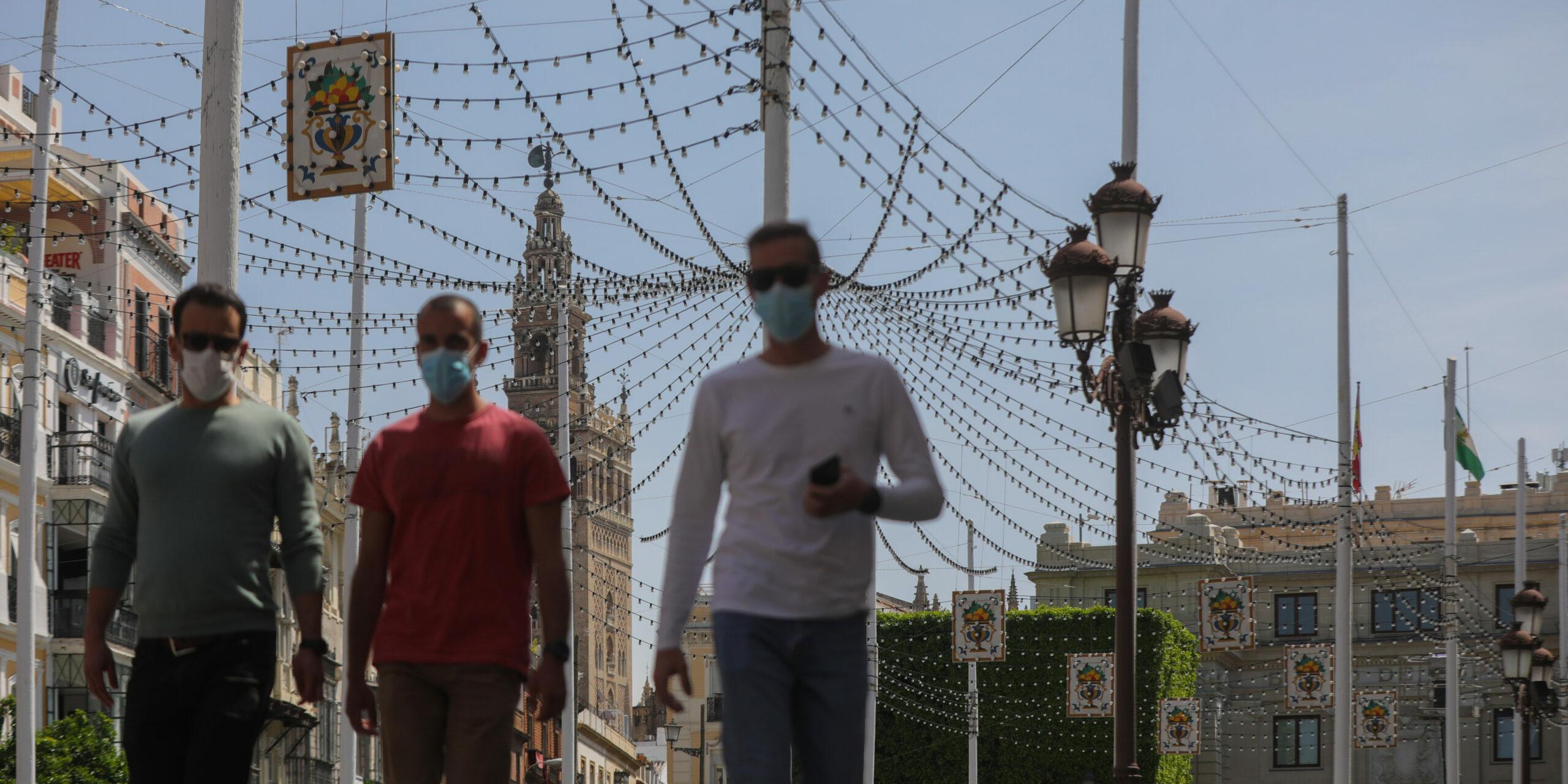 Sevillans passegen a prop de la Giralda, abans de la Fira d'Abril | Europa Press
