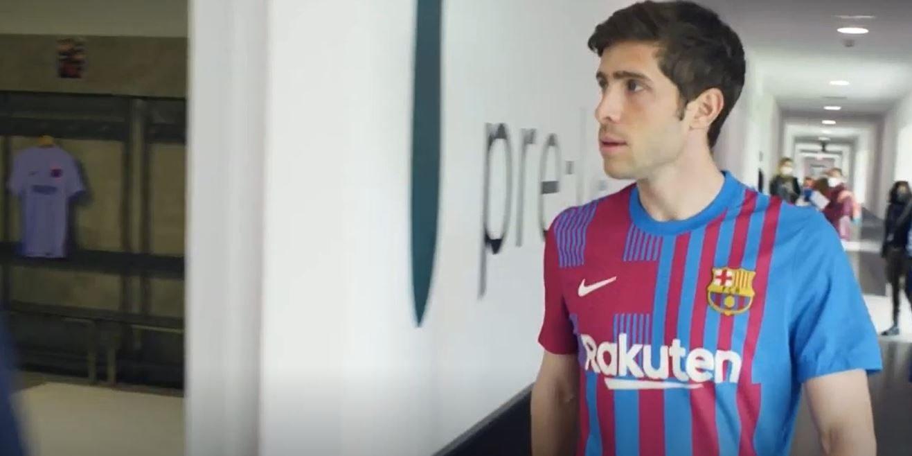 Sergi Roberto, amb la nova equipació a l'interior del vestidor | Europa Press