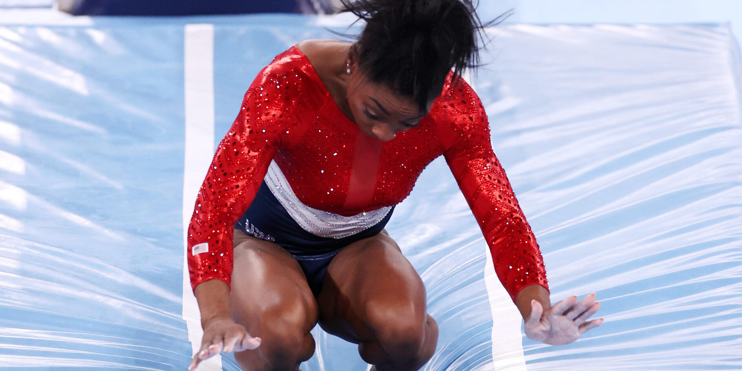 Simone Biles cau després del salt al poltre | Tòquio 2020
