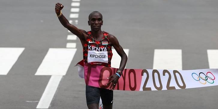 Eliud Kipchoge creua la línia de meta a la marató | Twitter Comtiè Olímpic de Kènia