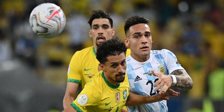 Els jugadors d'Argentina i Brasil disputen una pilota | Europa Press