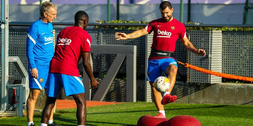 Ousmane Dembélé i el Kun Agüero, durant un entrenament | FC Barcelona