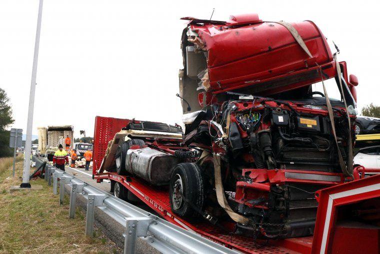 Un camió accidentat a l'AP-7 a Banyeres del Penedès i, al fons, l'altre vehicle sinistrat