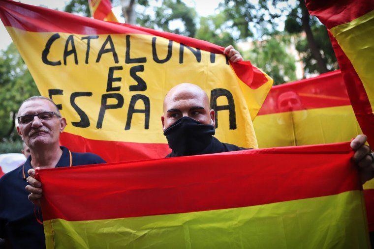 Manifestants a favor de la unitat d'Espanya davant la seu de l'ANC