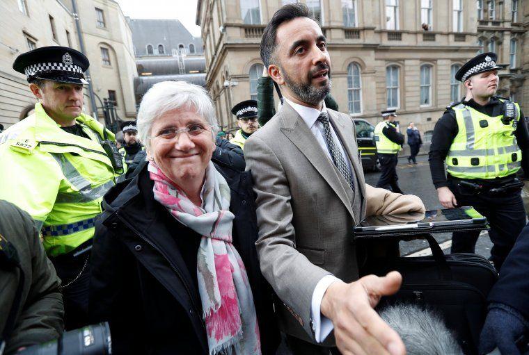 Clara Ponsatí i l'advocat Aamer Anwar després que el jutge deixés la consellera en llibertat amb cautelars, a Edimburg el 28 de març del 2018