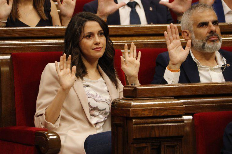 La líder de Cs al Parlament, Inés Arrimadas, mostra les mans en el moment de la votació de la moció de la CUP