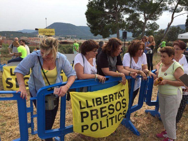 Betona Comín, Meritxell Lluís, Laura Masvidal i Blanca Bragulat, a l'acta d'aquesta tarda a Lledoners