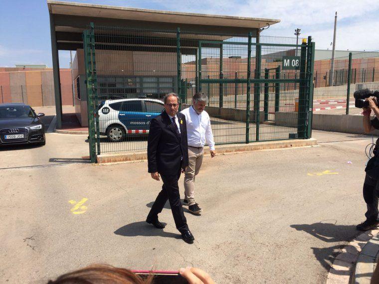 El president Torra i el diputat Albert Batet, en sortir de Lledoners