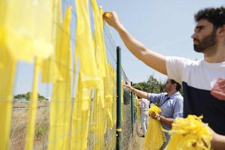 Simpatitzants unionistes retirant llaços grocs en favor dels presos polítics a Sant Cugat del Vallès