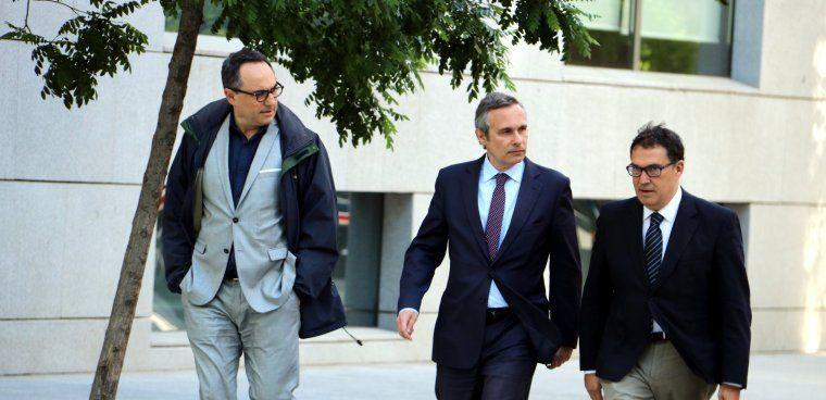 L'historiador Josep Lluís Alay, al centre, arribant a l'Audiència Nacional