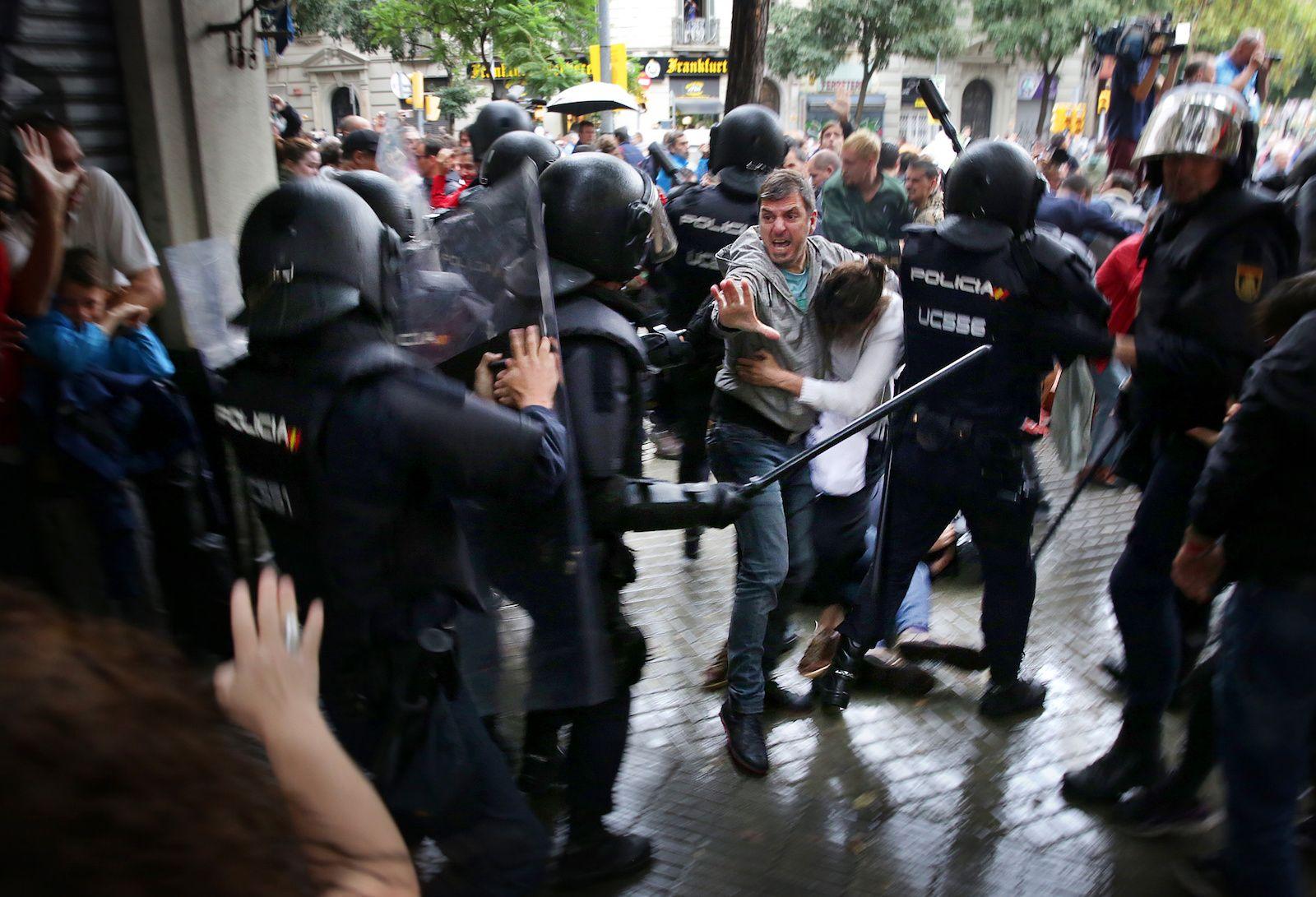 Agents de la UIP del CNP atacant a votants