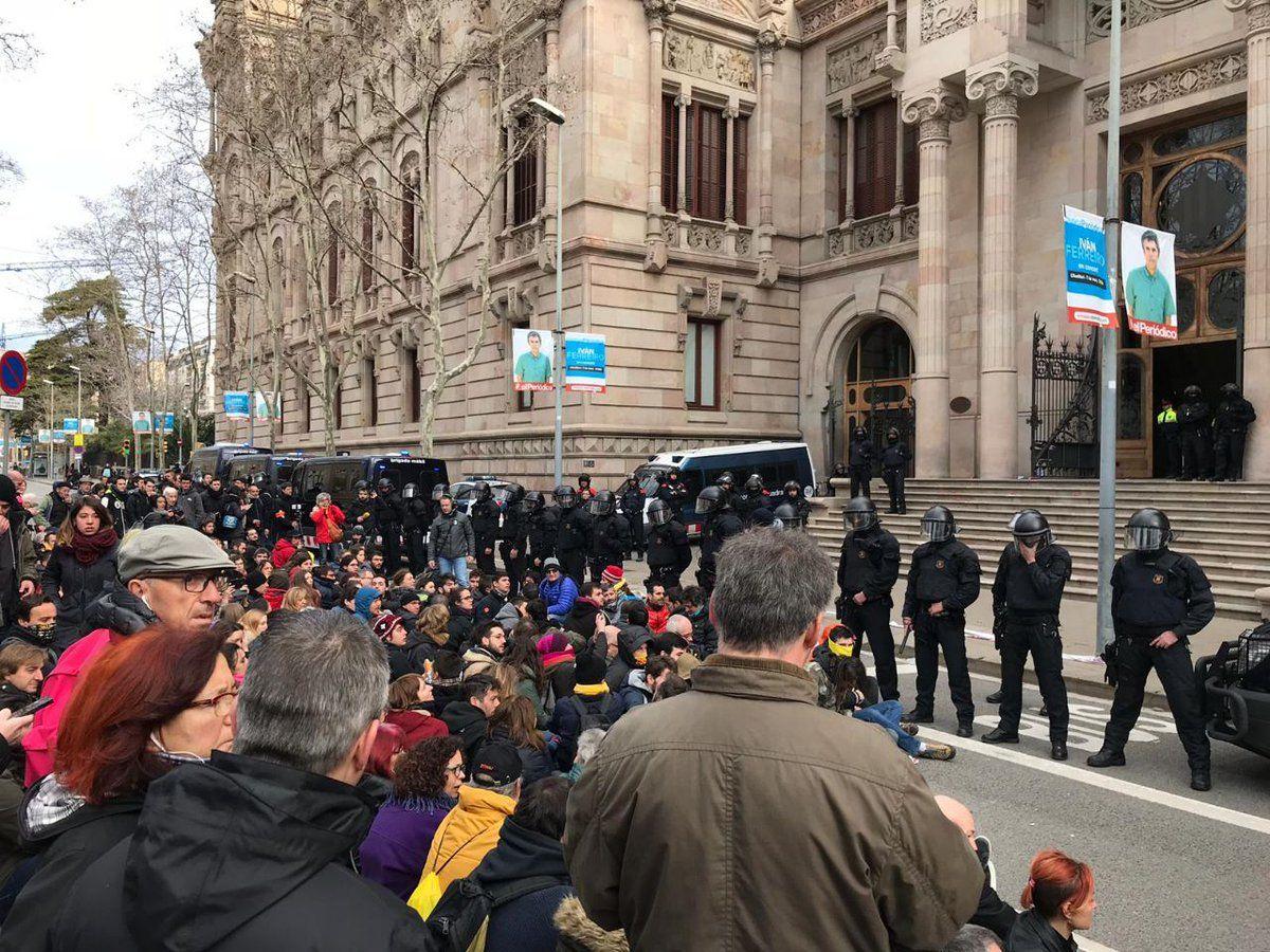 Els Mossos protegeixen el TSJC davant una protesta dels CDR