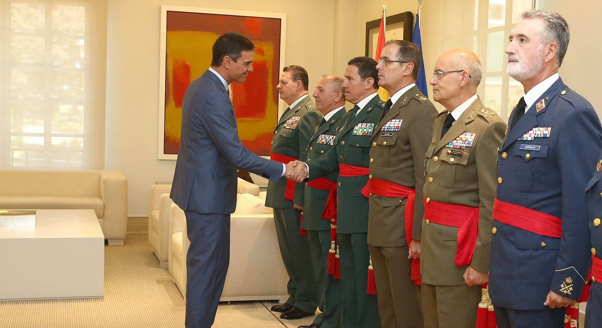Pedro Sánchez, en el moment de rebre i saludar Ángel Gozalo
