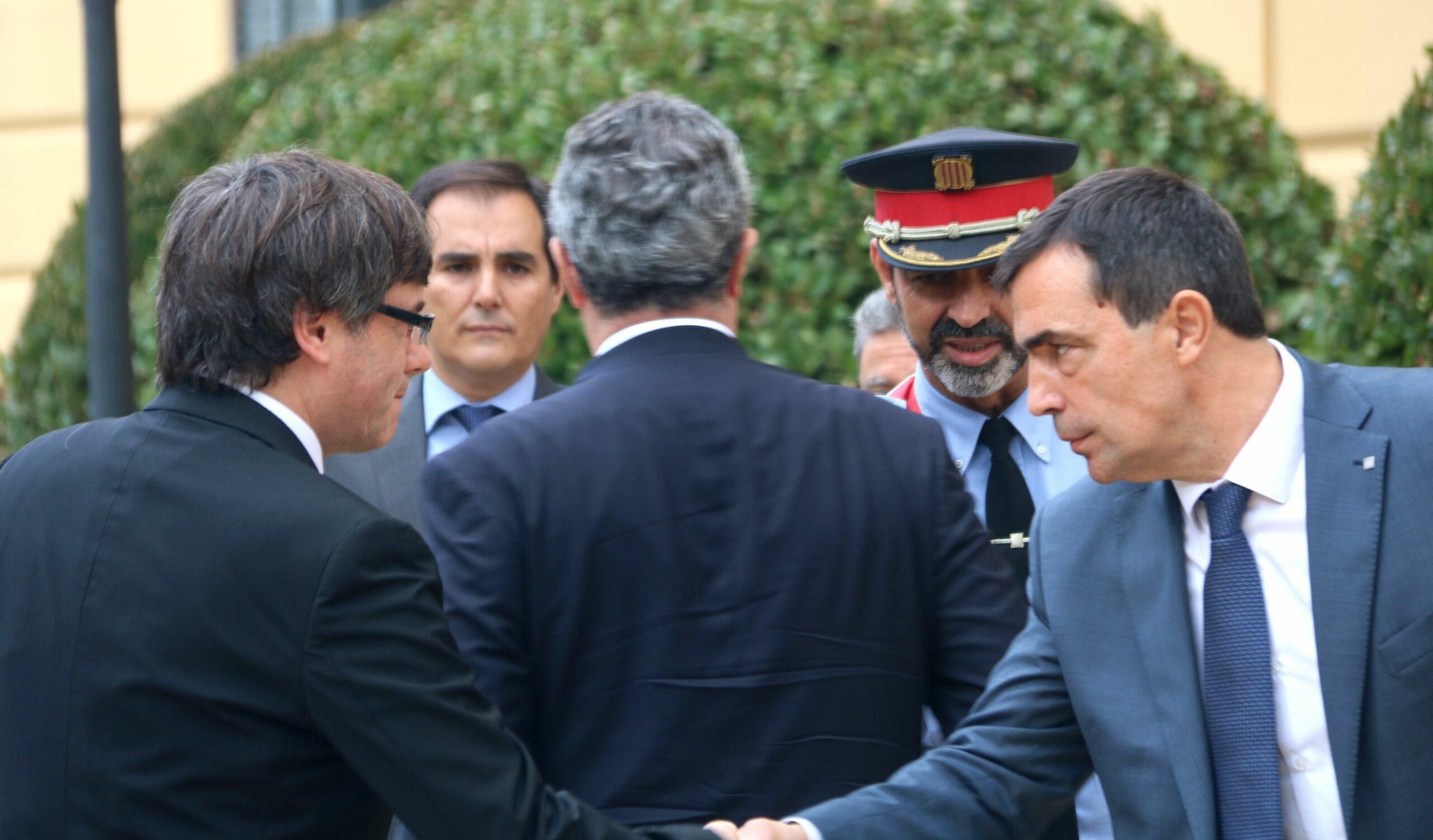 Pere Soler saluda a Puigdemont rere Forn que saluda a Trapero
