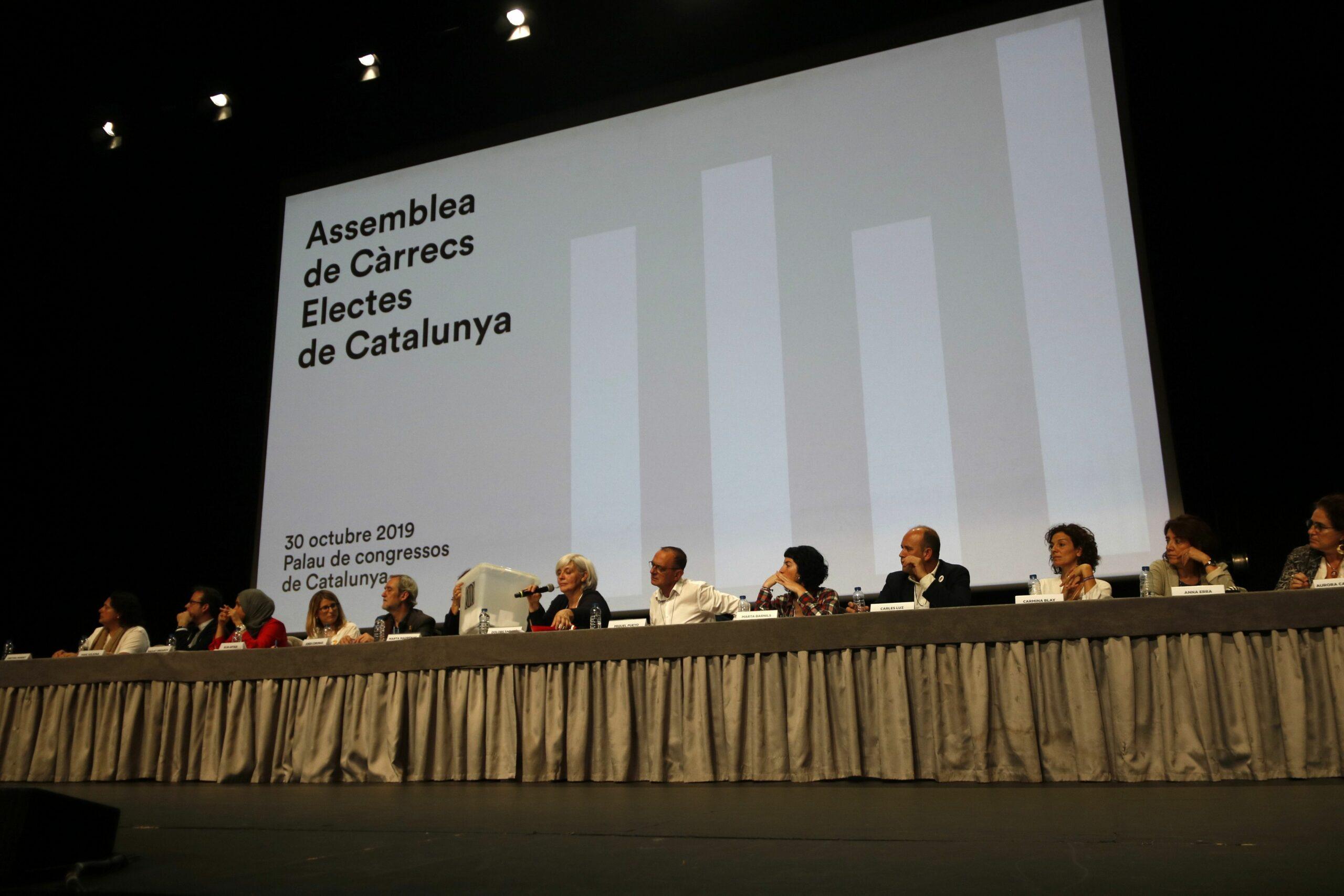 La taula central de l'Assemblea de Càrrecs Electes de Catalunya