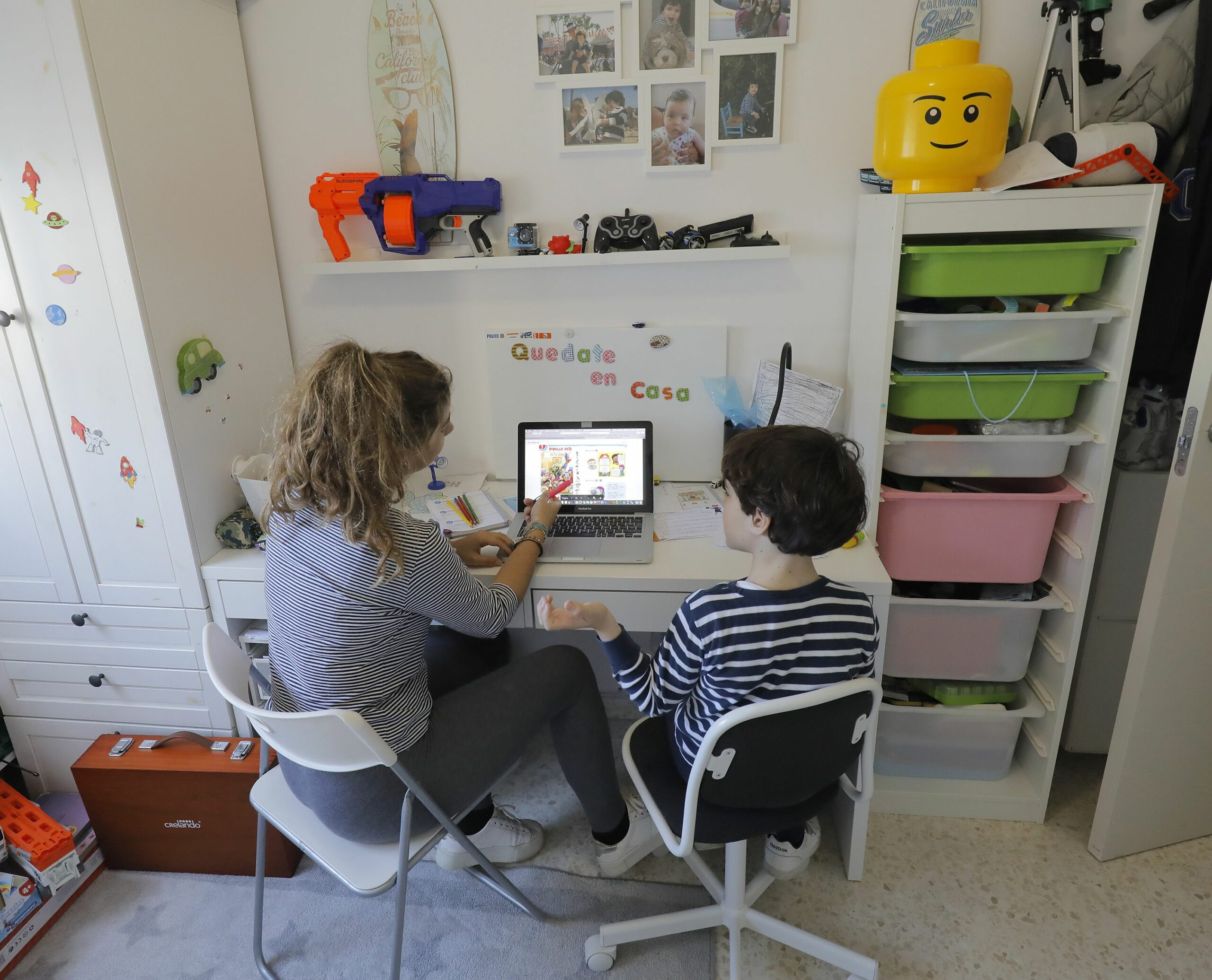 Una mare i el seu fill, confinats, estudien amb un ordinador (Europa Press)