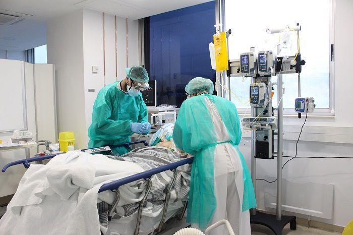 Dos metges tenint cura d'un pacient amb coronavirus   ACN