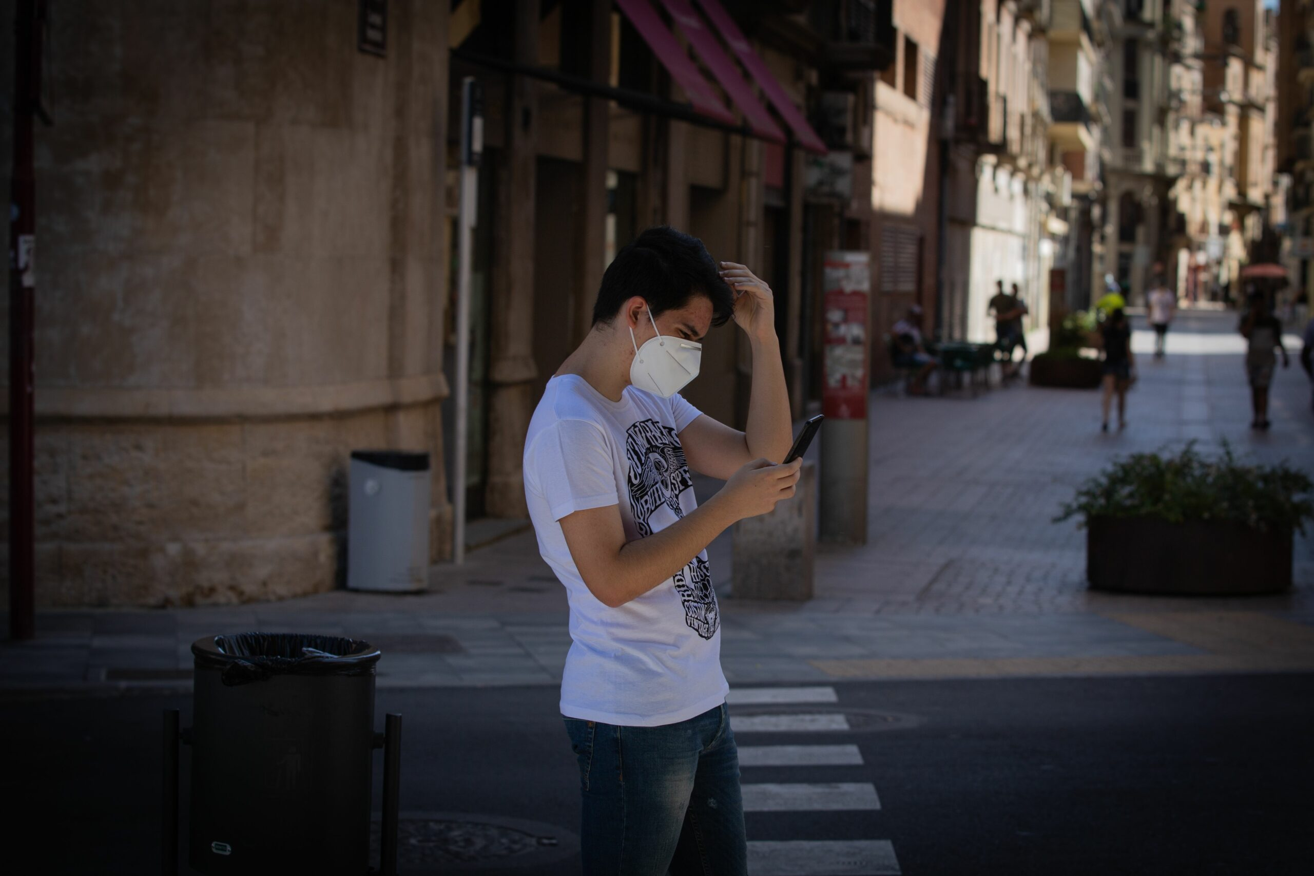 Un noi amb mascareta al centre de Lleida (EP)
